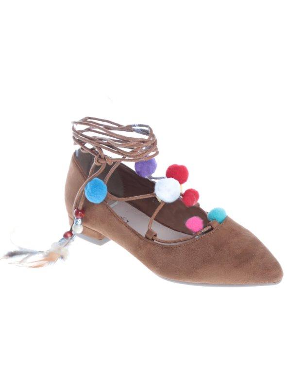 Zapatos planos símil ante mujer anudados al tobillo con pompones