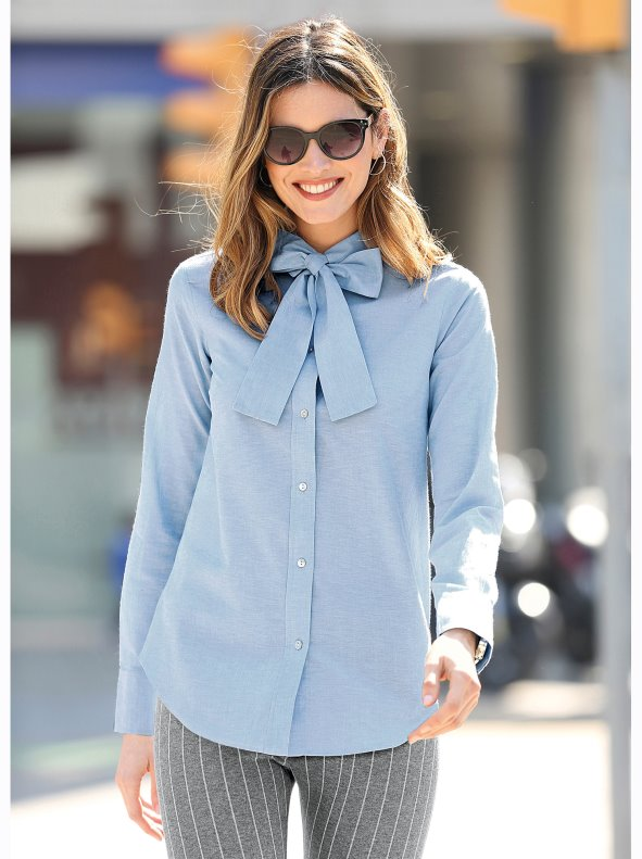 Long-sleeved shirt with lace on the neck