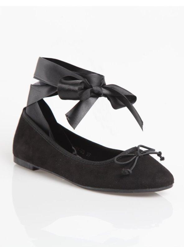 Zapatos bailarinas planos con cintas de satén para anudar al tobillo