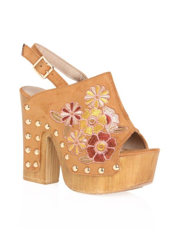 Zapatos tipo zueco con plataforma con bordado y tachuelas