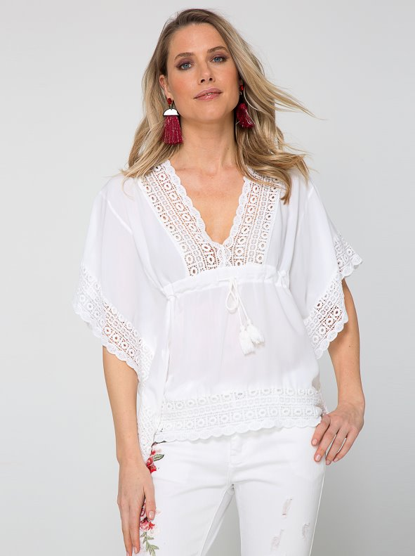 Blusa tipo poncho gran escote V con guipur y cordón ajustable con borlas
