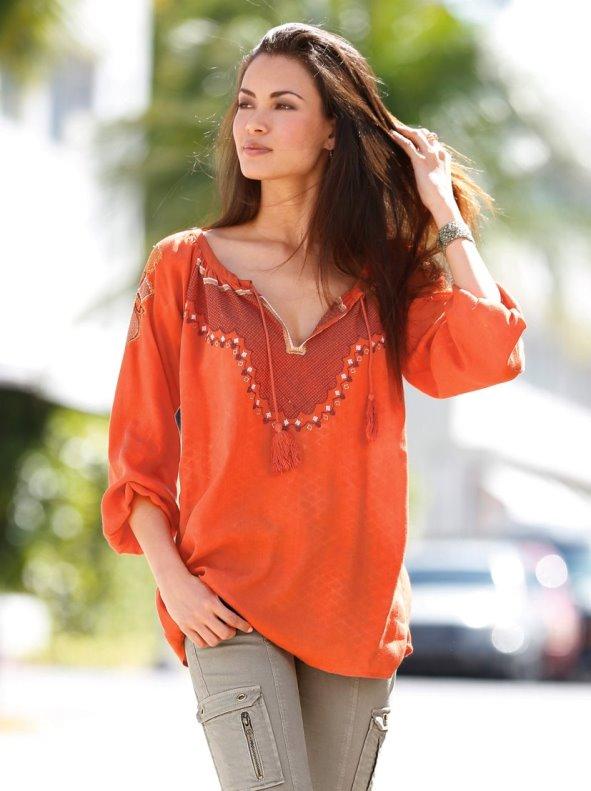 Blusa mujer manga larga bordada con pompones