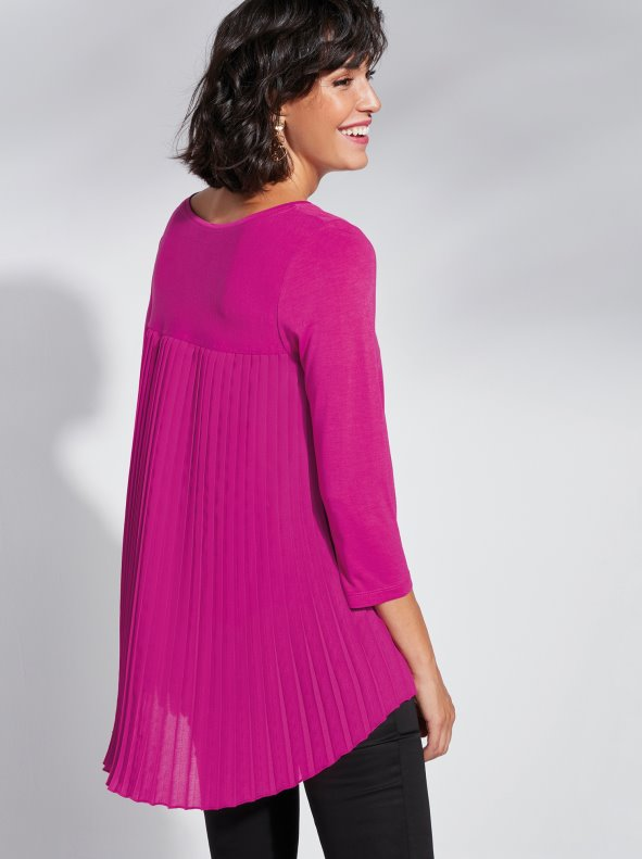 Women's T-Shirt with asymmetrical length and pleated back
