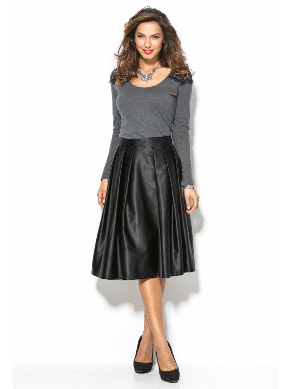 Falda negra tableada de acabado satinado