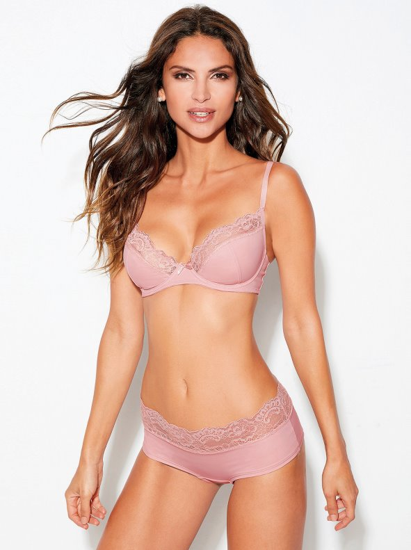 Lingerie set with shorty and B-cup bra with lace