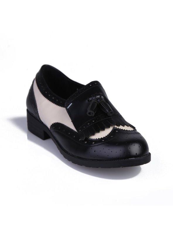 Zapato de mujer mocasín bicolor con solapa de flecos